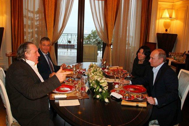 Ж.Депардье встретился с В.Путиным и получил российский паспорт